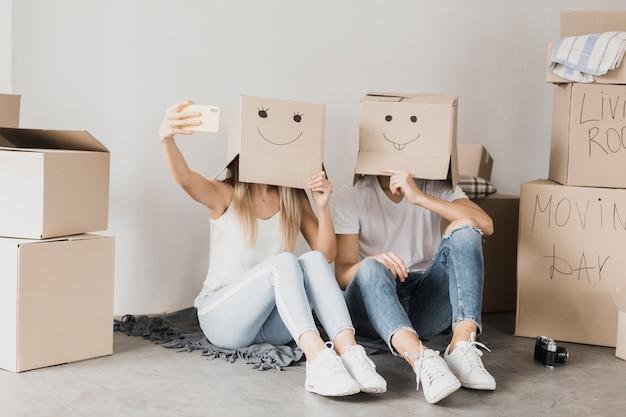 Par, levando, um, selfie, com, caixas papelão