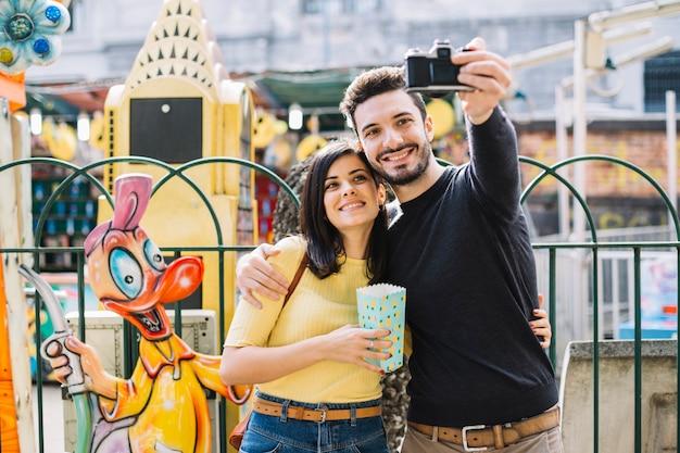 Par, levando, um, selfie, em, um, parque tema