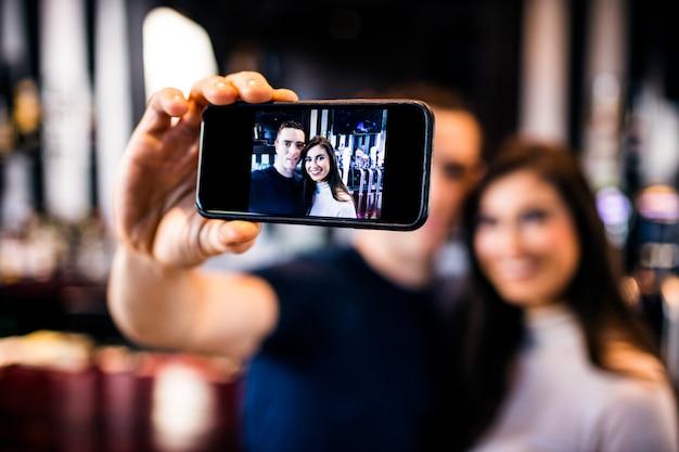 Par, levando, um, selfie, um bar