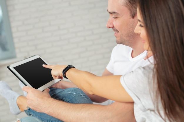 Par, ligado, sofá, com, tablete digital