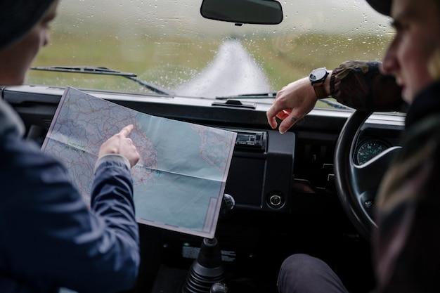 Par, ligado, um, viagem estrada, verificar mapa
