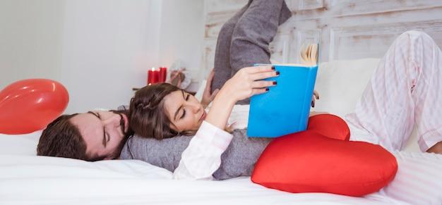 Par, livro leitura, encontrar-se cama
