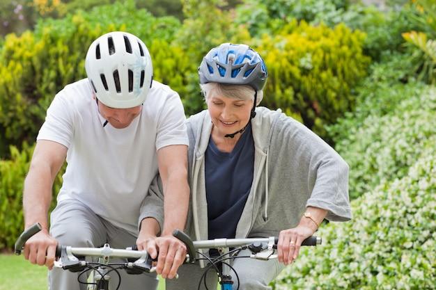 Par maduro, montanha andando bicicleta, exterior