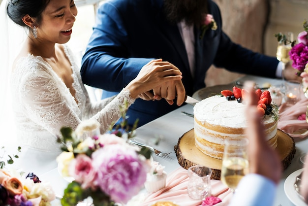 Par, mãos, corte, bolo casamento
