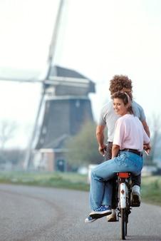 Par, montando, junto, bicicleta, holanda