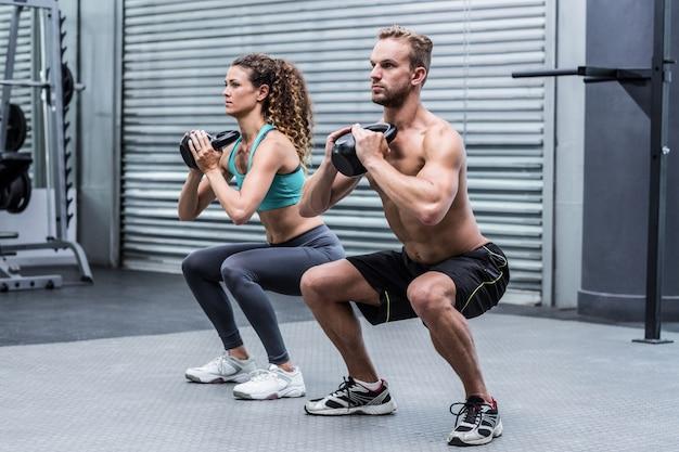 Par muscular, exercitar, com, kettlebells