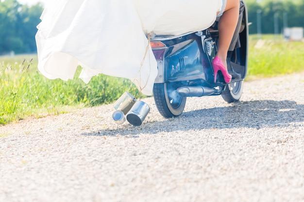 Par nupcial, dirigindo, scooter motor, desgastar, vestido, e, paleto