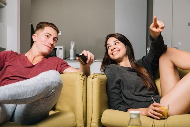 Par, olhando tv, casa