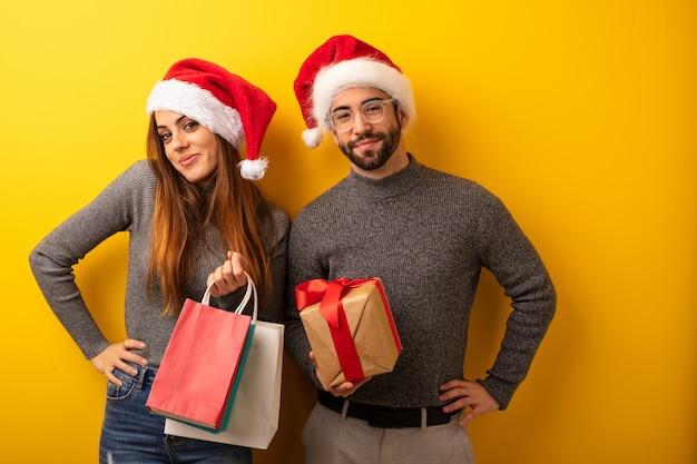 Par, ou, amigos, segurando, presentes, e, bolsas para compras, com, mãos quadrils