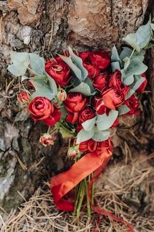 Par ou anéis de casamento em buquê de flores, foco em anéis