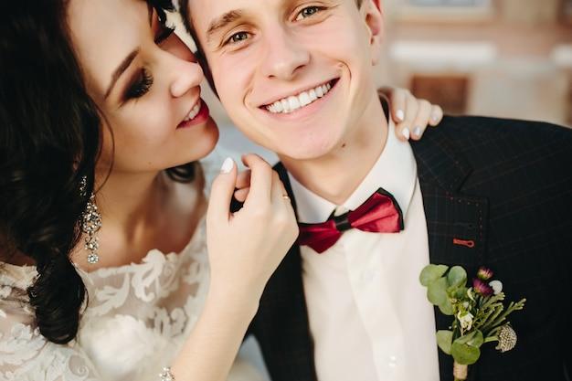 Par perto de noiva romântico branco