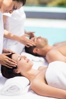 Par, recebendo, um, massagem cabeça, de, massagista, em, um, spa