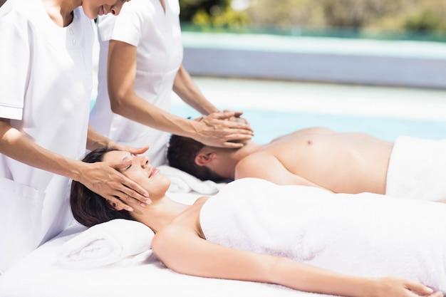 Par, recebendo, um, massagem cara, de, massagista, em, um, spa