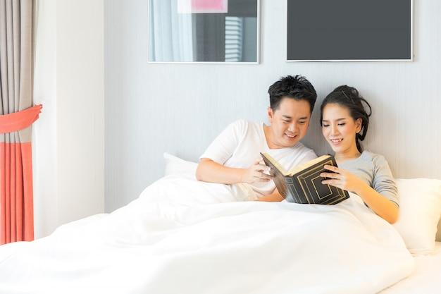 Par, reding, livro, cama