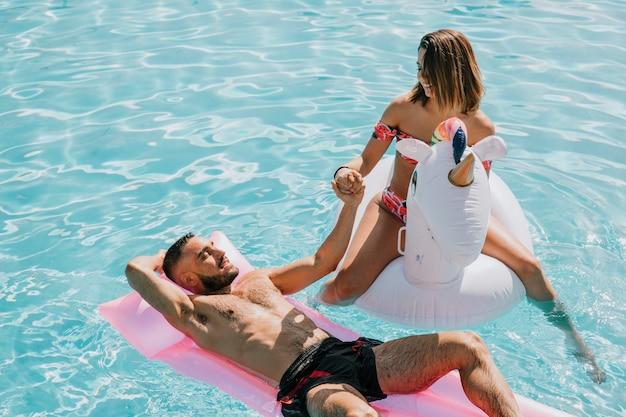 Par, relaxante, em, piscina