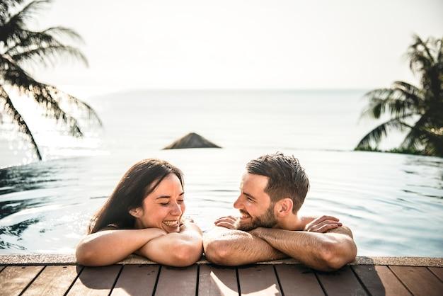 Par, relaxante, em, um, piscina