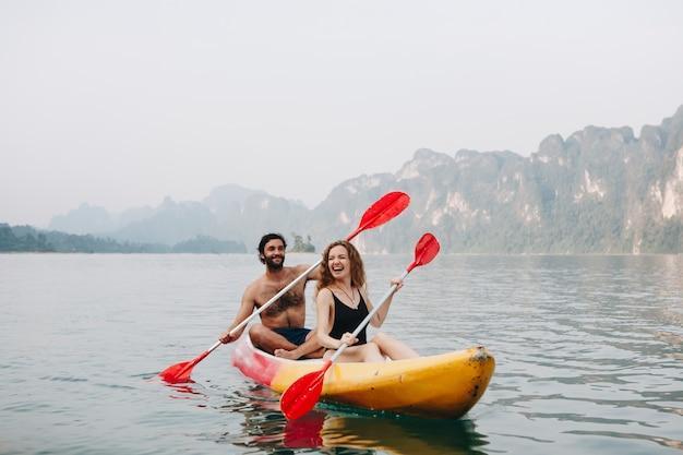 Par, remando, em, um, canoa