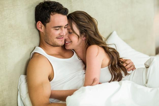 Par romântico, afagar, cama, em, quarto