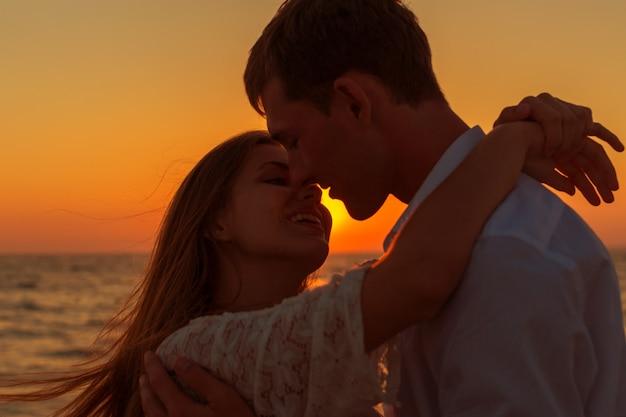 Par romântico, beijando, praia