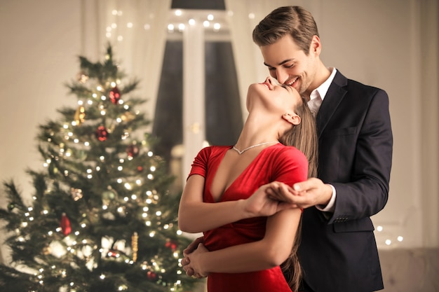 Par romântico comemorando o natal em casa