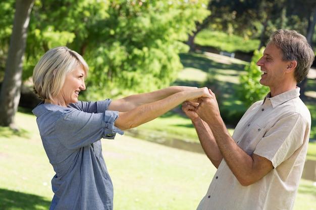 Par romântico dançando no parque