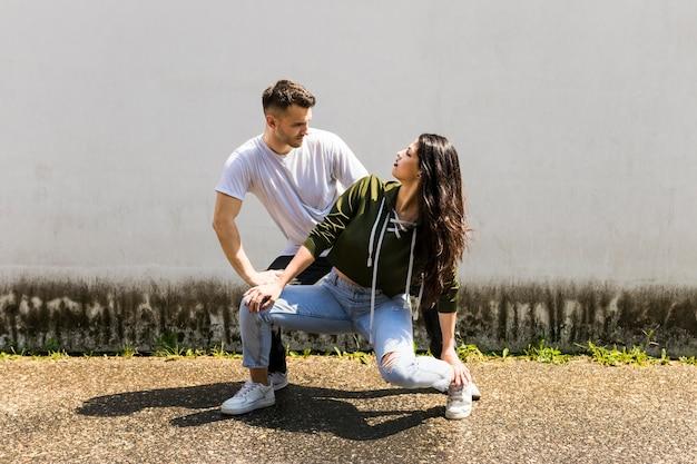 Par romântico, dançar, contra, parede cinza
