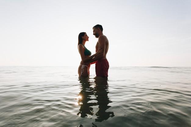 Par romântico, em, a, mar, em, pôr do sol