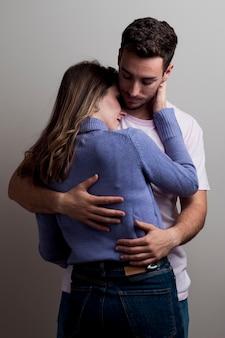 Par romântico em abraços de amor