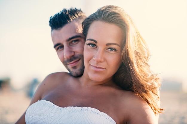 Par romântico na praia