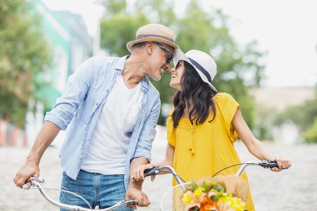 Par romântico, olhando um ao outro