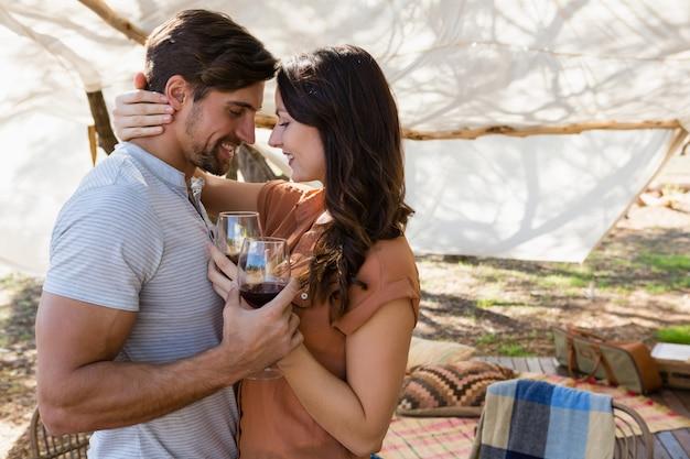 Par romântico, segurando, wineglasses