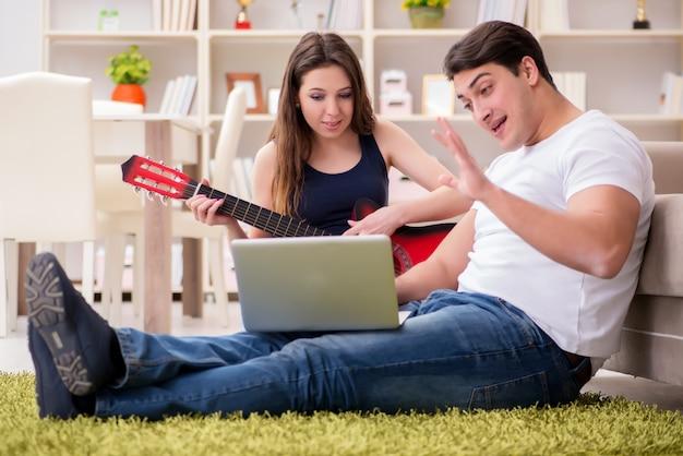 Par romântico tocando violão no chão
