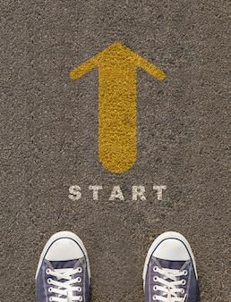 Par, sapatos, ficar, estrada, seta