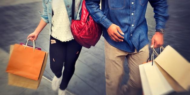 Par, segurando, bolsas para compras