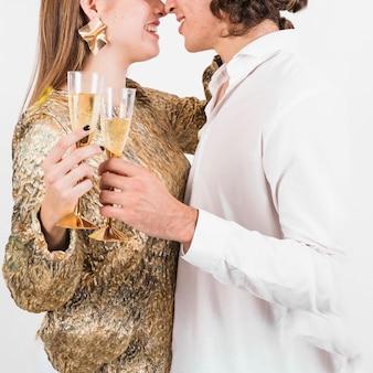 Par, segurando, copos champanha