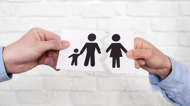 Par, segurando, família, papel, rasgado