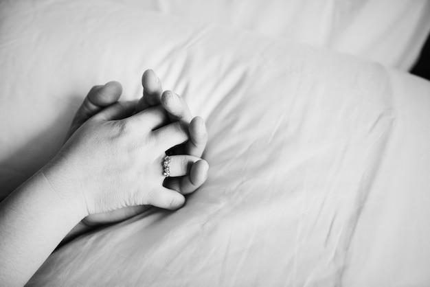 Par, segurando, mãos, cama