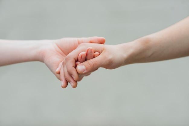 Par, segurando, mãos, cinzento, fundo