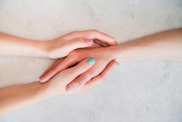 Par, segurando, mãos, junto