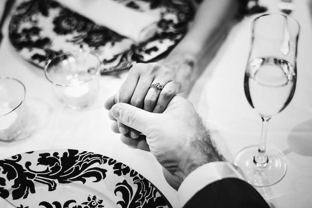 Par, segurando, mãos, romanticos, jantar