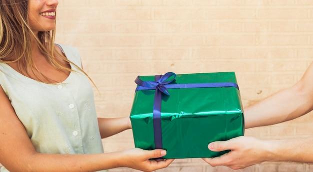 Par, segurando, verde, valentine, caixa presente