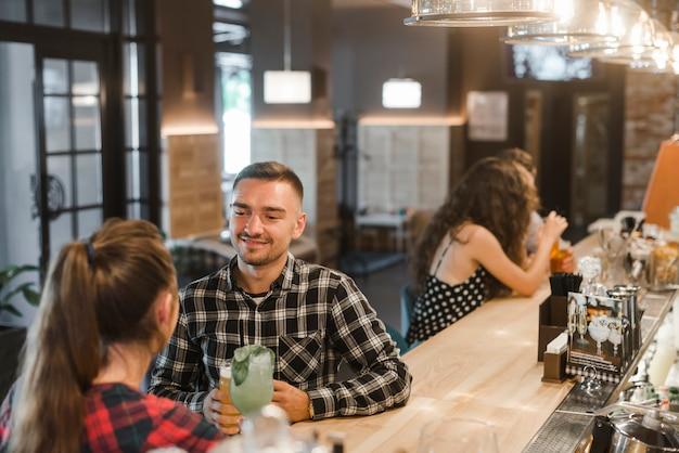 Par, sentando, em, bar, desfrutando, bebidas, em, bar