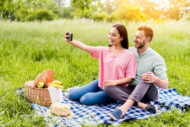 Par, sentando, parque, e, levando, selfie