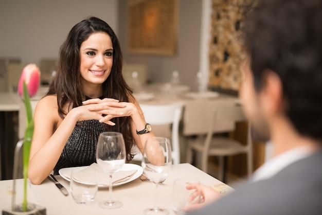 Par, tendo jantar, em, um, restaurante luxo