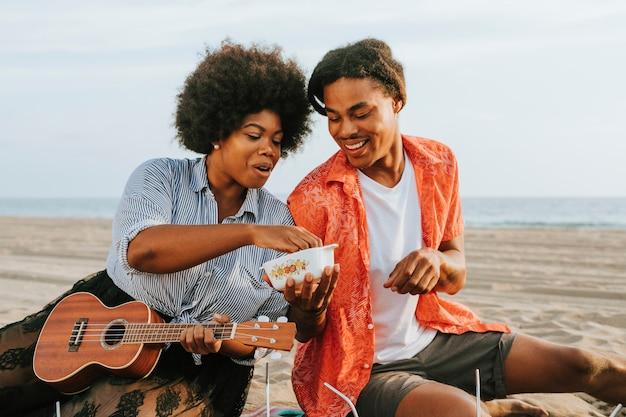Par, tendo um piquenique, praia