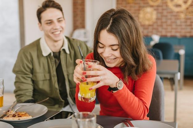 Par, tendo, um, suco laranja, em, um, restaurante
