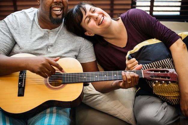 Par, tocando, e, cantando, junto