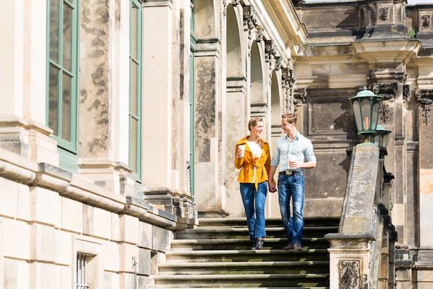 Par turista, em, dresden, tendo, caminhada, em, zwinger, com, café