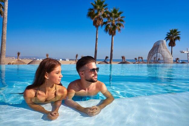 Par turista, tendo, banho, em, infinidade, piscina