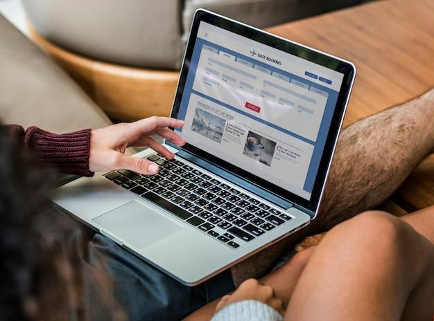 Par, usando computador portátil, junto